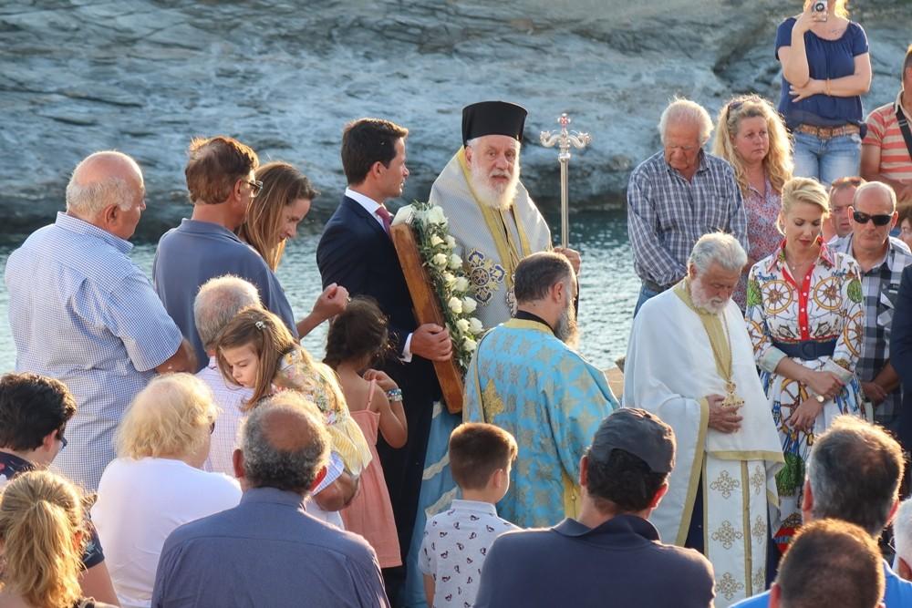 You are currently viewing Λουσμένος από τις ακτίνες του δύοντος ηλίου και τη Θάλασσα ο βράχος της Χρυσοπηγής υποδέχθηκε την ομώνυμη εικόνα της Παναγίας