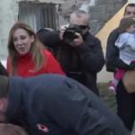 Μετά τη θεία μετάληψη Κουμουτσάκου, ο Χαρδαλιάς φίλησε το… χέρι παπά (Βίντεο)