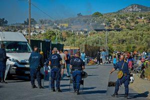 Καζάνι που βράζει η Λέσβος μετά τον εμπρησμό – Αλλοδαποί με κορονοϊό πήραν τα βουνά