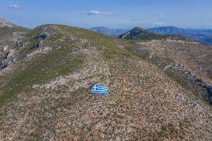 Μπράβο στον Δήμαρχο Γλυφάδας: Ελληνική Σημαία 800 τετραγωνικών μέτρων στον Υμηττό