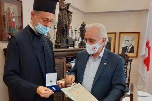 To παράσημο του Ελληνικού Ερυθρού Σταυρού στον Αρχιμ. Απόστολο Καβαλιώτη- Μείζω τούτων όψει (!).