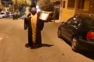Ο Αρχιμ. Σεραφείμ Δημητρίου έκανε μόνος του την περιφορά του Αγίου Νεκταρίου στην Ηλιούπολη – Μπράβο πάτερ!!
