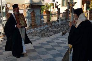 """Ο Μητροπολίτης Χίου Μάρκος με λίγους κληρικούς και χωρίς ποίμνιο υποδέχθηκε την Παναγία """"Ερειθιανή"""" Βροντάδου στον εορτάζοντα Μητροπολιτικό Ναό Χίου"""