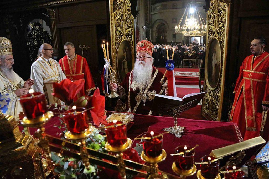 Η Θ. Λειτουργία στον Καθεδρικό Ναό Βελιγραδίου προ του σκηνώματος του Πατριάρχη Ειρηναίου