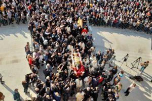 Ως Άγιο υποδέχθηκαν χιλιάδες πιστοί το σκήνωμα του Μαυροβουνίου Αμφιλοχίου