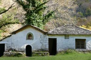 Επισκευάζεται ο ναός της Παναγίας μέσα στο φαράγγι του Βίκου