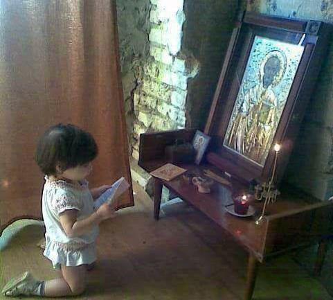 Κοριτσάκι προσεύχεται γονατιστό μέσα σ' ένα χαμόσπιτο!