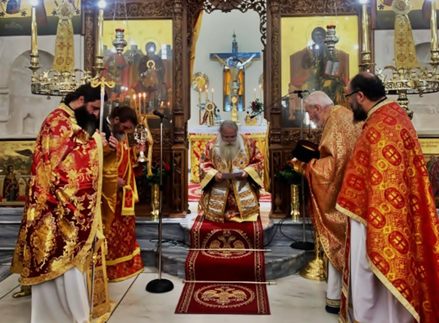 Γονατιστός παρεκάλεσε ο Μητροπολίτης Ιεραπύτνης και Σητείας Κύριλλος