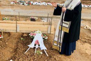 Ο Σεβ. Νεαπόλεως Βαρνάβας πήγε στους τάφους των συνανθρώπων μας που έφυγαν από κορονοϊό