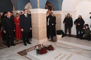 Βλέπετε να μαθαίνετε Έλληνες πολιτικοί- Σ. Λαβρόφ και Α. Βούτσιτς στον τάφο του Πατριάρχη Σερβίας