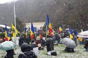 ΣΥΓΚΛΟΝΙΣΤΙΚΟ: Γονατιστοί μέσα στο χιόνι για τον Άγιο Ανδρέα στην Ρουμανία