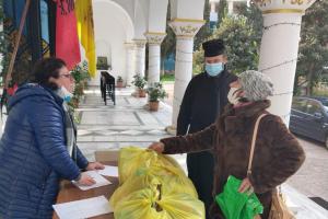 Τρόφιμα σε φτωχούς και παιχνίδια σε παιδιά από την Εκκλησία της Αλβανίας
