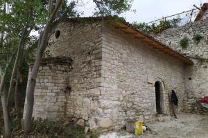 Ανακαινίζεται ο ερειπωμένος παλαιός ναός του Αγίου Νικολάου στο Μπεράτι Αλβανίας