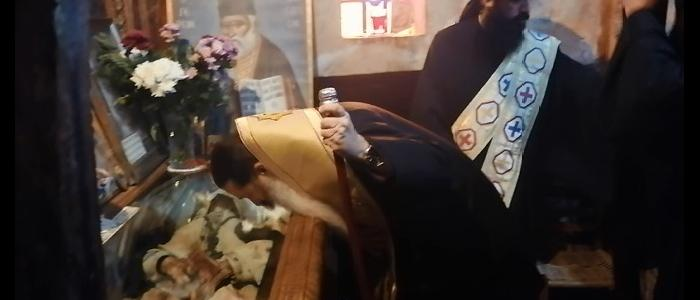 Φθιώτιδος Συμεών: Γονατιστός στο σκήνωμα του Οσίου Γέροντος Βησσαρίωνος του Αγαθωνίτου