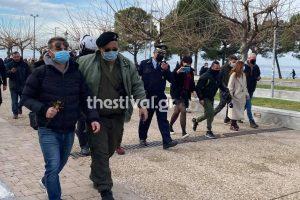 Χαμός στην Θεσσαλονίκη: Η αστυνομία συνέλαβε άτομα που έριξαν τον σταυρό