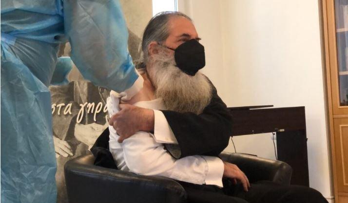 """Εμβολιάστηκε ο Μητροπολίτης Πειραιώς Σεραφείμ: «Είμαι ευγνώμων γιατρέ, ευχαριστώ πολύ"""""""