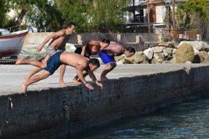 Στη Ζάκυνθο κολυμβητές βούτηξαν τα Θεοφάνεια – Παρόλο που δεν έγινε Αγιασμός των Υδάτων