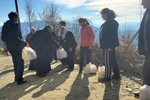 Τρόφιμα και ρούχα σε κατοίκους φτωχού και απομακρυσμένου χωριού