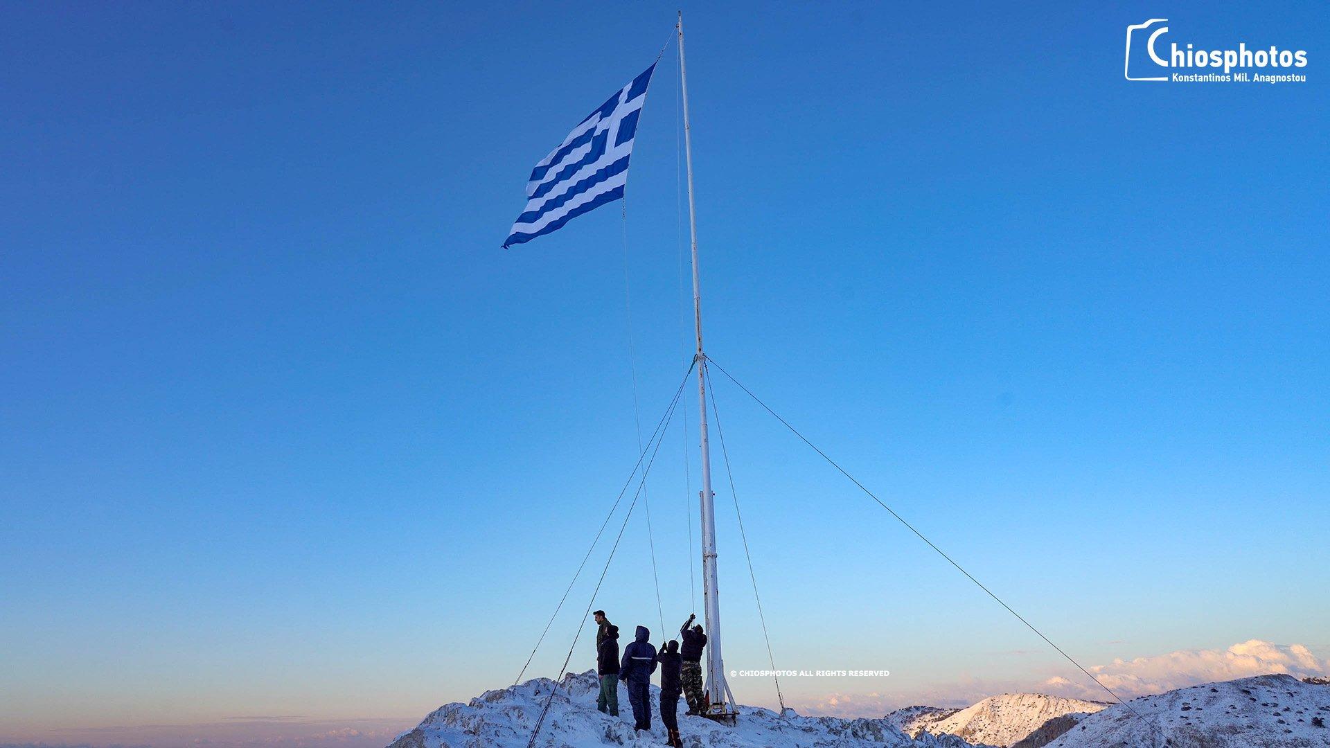 You are currently viewing Οι Χιώτες ύψωσαν μία μεγάλη Ελληνική Σημαία στην κορυφή του Πηγάνιου Όρους