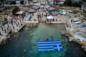 Εντυπωσιακές εικόνες με την γαλανόλευκη στην ακτή της Πειραϊκής