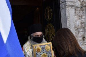 Η Πρόεδρος  στη Μάνη έδειξε και πάλι την ανορθόδοξη συμπεριφορά της και δεν ασπάστηκε το Ιερό Ευαγγέλιο.