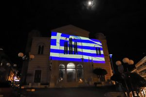 Μια μεγάλη ελληνική σημαία «έντυσε» τον Καθεδρικό Ναό του Αποστόλου Παύλου στην Καβάλα