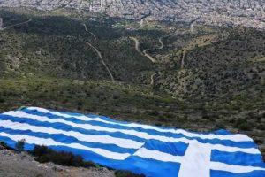 Στο πιο ψηλό σημείο του Υμηττού η ελληνική σημαία από τον δήμαρχο Γλυφάδας κ. Παπανικολάου