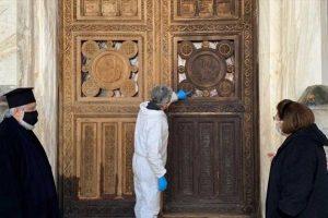 Μητρόπολη Αθηνών: Συντηρείται η περίτεχνη ξύλινη κεντρική πύλη