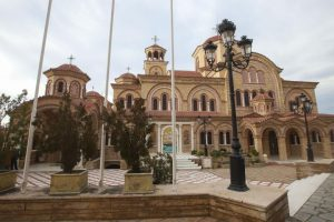 Συνωστισμός πιστών έξω από εκκλησία της Θεσσαλονίκης