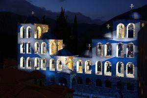 Η ελληνική σημαία φωτίζει το καμπαναριό του Τρικόρφου