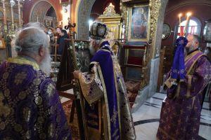 Την εσπερινή Ακολουθία των Προηγιασμένων Τιμίων Δώρων τέλεσε ο Μητροπολίτης Σύρου Δωρόθεος