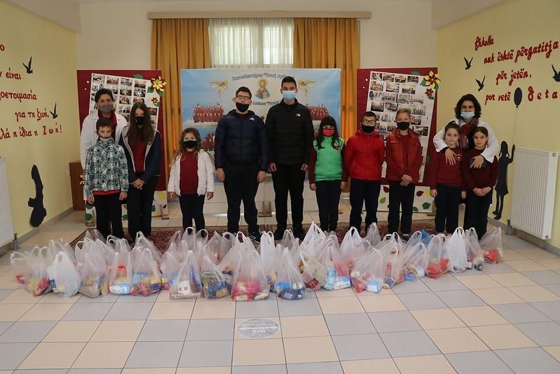 Παιδιά του Σχολείου της Μητροπόλεως  του Αργυροκάστρου συγκέντρωσαν και μοίρασαν τρόφιμα σε άπορες οικογένειες