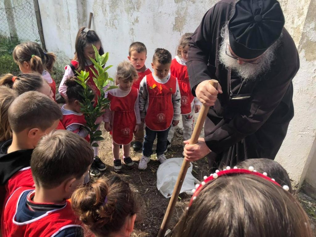 Παιδάκια νηπιαγωγείου φύτεψαν δενδράκια σε εκκλησία!