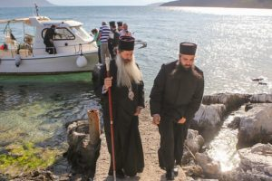 """Θεία Λειτουργία στο μικρό νησάκι """"Άγιος Νικόλαος"""" στη Γλύφα – Ο Φθιώτιδος Συμεών σε Γλύφα και Ανθήλη"""