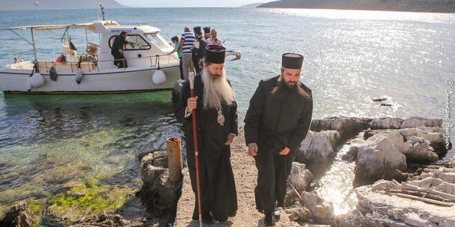 """You are currently viewing Θεία Λειτουργία στο μικρό νησάκι """"Άγιος Νικόλαος"""" στη Γλύφα – Ο Φθιώτιδος Συμεών σε Γλύφα και Ανθήλη"""