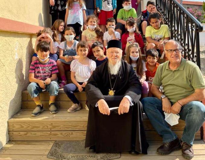 Μαθητές και μαθήτριες αποχαιρέτησαν τον Πατριάρχη του Γένους καθώς αναχωρούσε από την Ίμβρο
