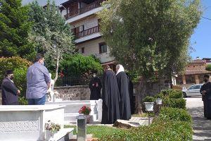 Τρισάγιο από τον Μητροπολίτη Λαρίσης Ιερώνυμοστον μακαριστό Καστορίας Σεραφείμ