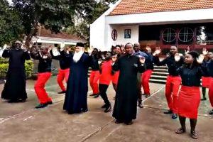 Ένας άξιος δεσπότης της ιεραποστολής  χορεύει παραδοσιακά με Κονγκολέζους