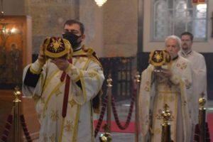 Στον Καθεδρικό Ιερό Ναό Αγίας Τριάδος Χαλκηδόνος  σήμερα, Κυριακή της Πεντηκοστής με τον  Σεβ. Μητροπολίτη Γέροντα  Χαλκηδόνος κ. Εμμανουήλ.