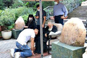 Παλαιστές γονατιστοί περιμένουν την ευλογία του Πατριάρχη Γεωργίας για να αγωνιστούν στους Ολυμπιακούς αγώνες