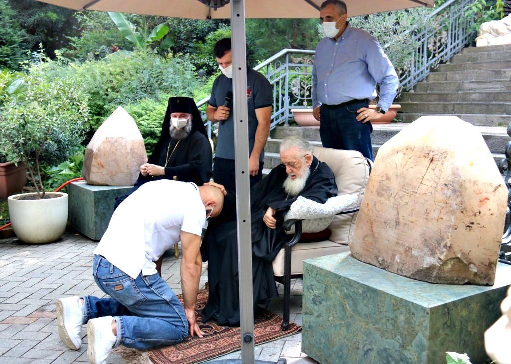 You are currently viewing Παλαιστές γονατιστοί περιμένουν την ευλογία του Πατριάρχη Γεωργίας για να αγωνιστούν στους Ολυμπιακούς αγώνες
