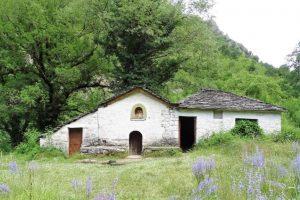 Ο παλαιός ναός της Παναγίας μέσα στο φαράγγι του Βίκου