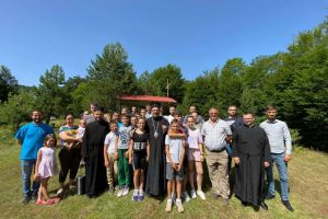 Θεία Λειτουργία σε κιόσκι-εκκλησία μέσα στο δάσος!