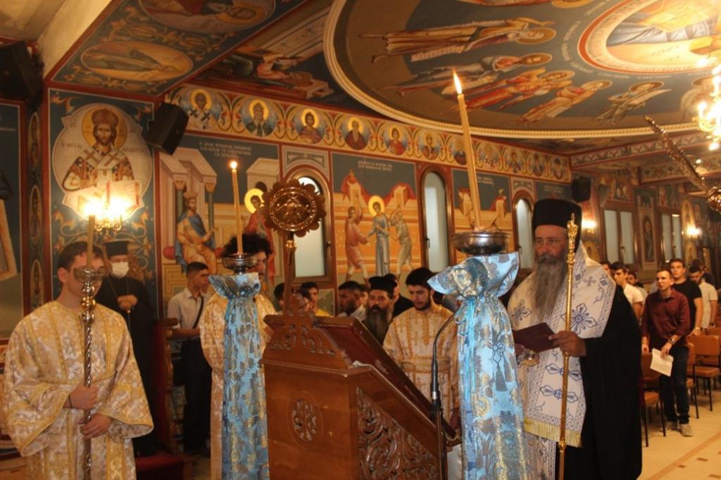 You are currently viewing ΤΗΝΟΣ: Νέοι από την Πιερία προσκύνησαν στον Ιερό Ναό της Μεγαλόχαρης