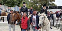 Οι Σεβ. Φιλαδελφείας κ.Μελίτων και Δράμας κ. Παύλος ενώ ιππεύουν στη Ι. Μονή Εικοσιφοινίσσης