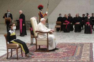 Βατικανό: Ένα επίμονο αγόρι κλέβει την παράσταση στην ακρόαση του Πάπα Φραγκίσκου